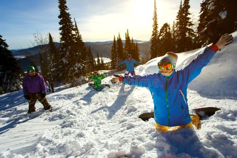 小组获得朋友的挡雪板在山上面的乐趣  库存图片