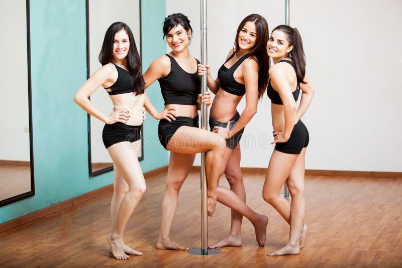 小组获得杆的舞蹈家乐趣 免版税库存照片