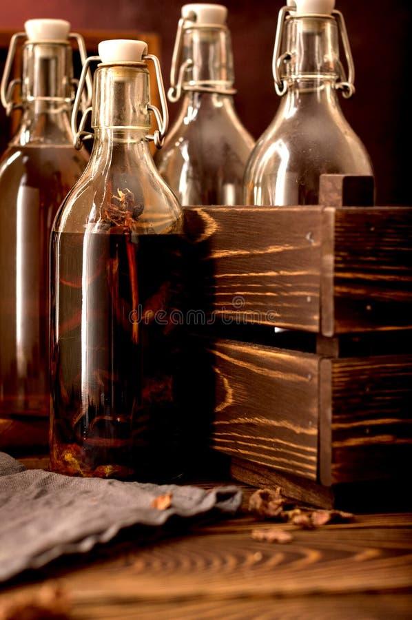 小组装瓶酊酒精玻璃蜂胶的草本 免版税库存图片