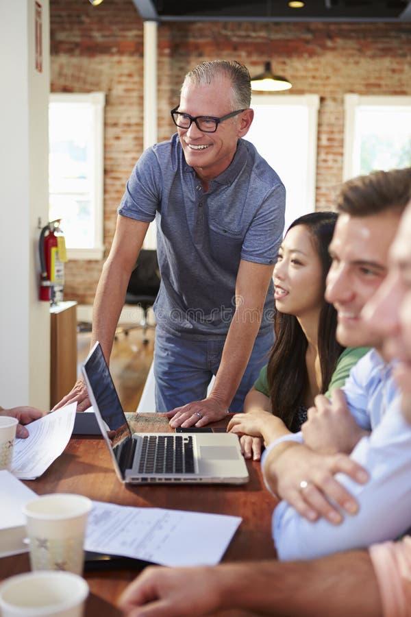 小组见面的办公室工作者谈论想法 免版税库存照片