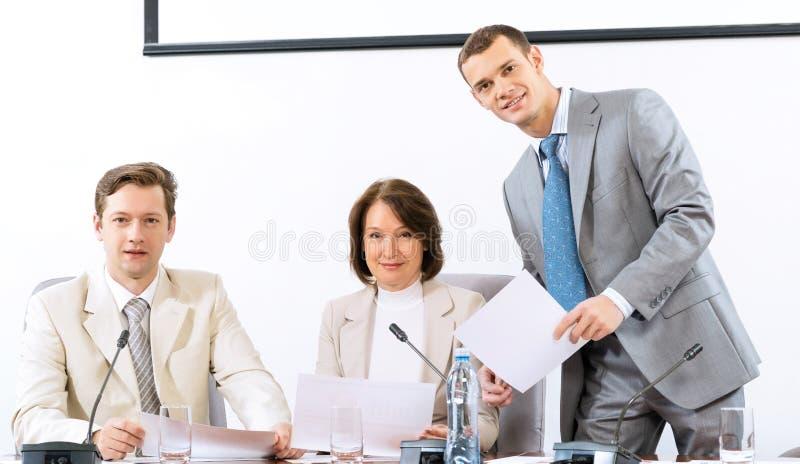 小组谈论的商人文件 免版税库存照片
