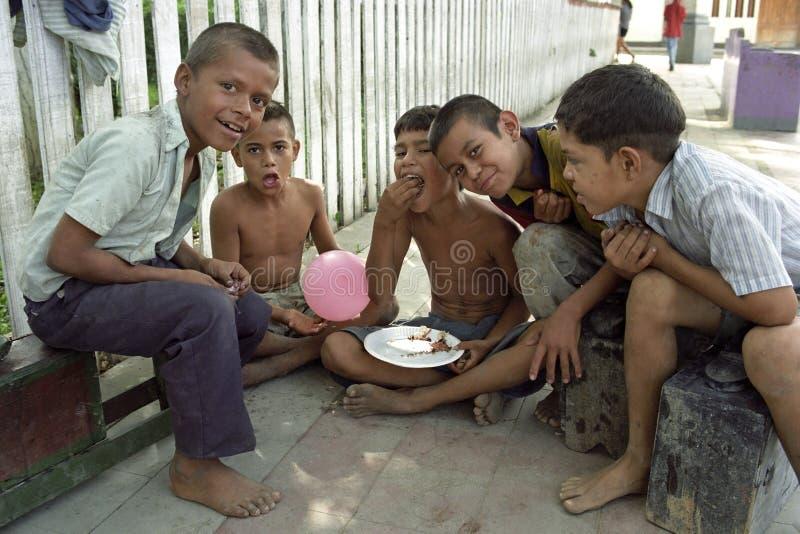 小组画象尼加拉瓜的年轻擦皮鞋的人 免版税库存图片