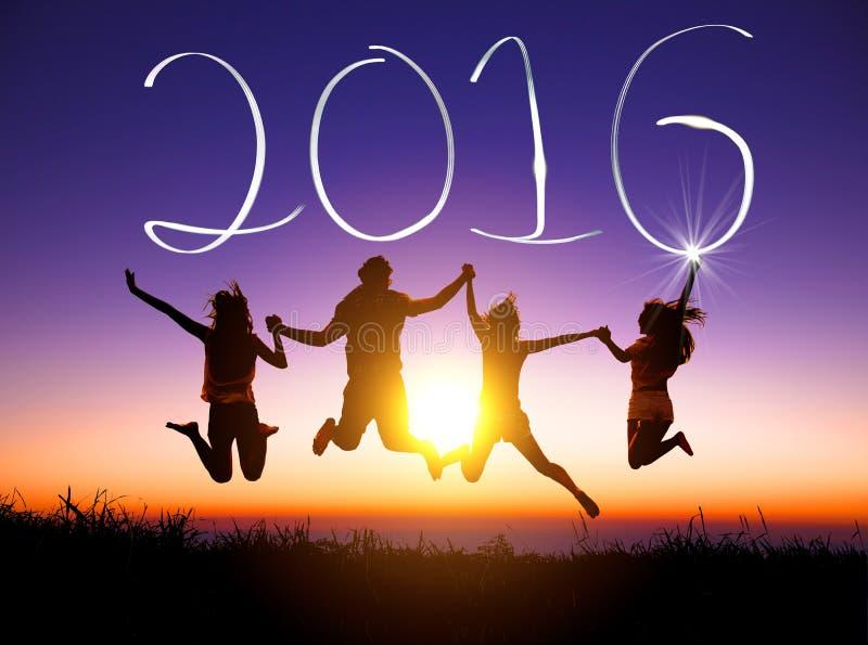 年轻小组跳跃和新年好2016年 免版税库存照片