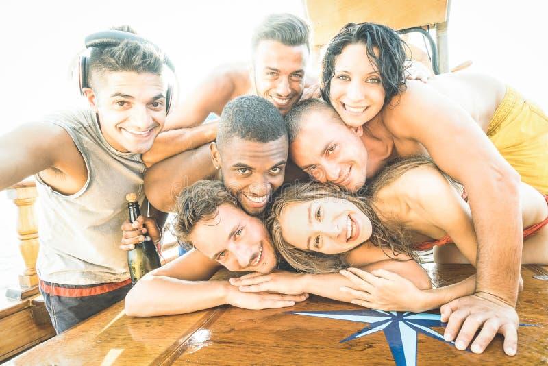 小组采取selfie的最好的朋友人和女孩在小船党 库存图片