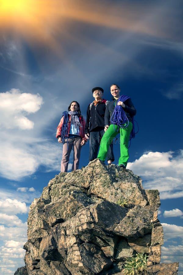 小组锋利的山顶的登山人 库存照片