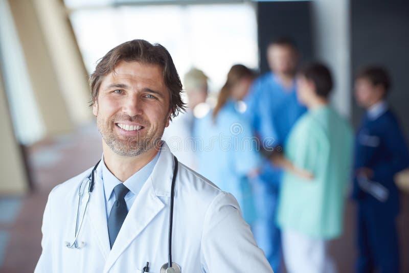 Download 小组医院的医护人员,英俊的医生在前面 库存照片. 图片 包括有 健康, 专家, 实习者, 户内, 诊所, 成人 - 62526040