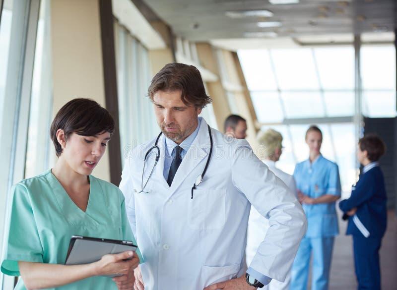 Download 小组医院的医护人员 库存照片. 图片 包括有 医生, 实习者, 诊所, 愉快, 成熟, 专家, 计算机, 纵向 - 62532518