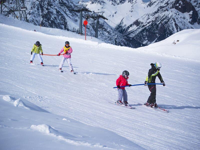 小滑雪者在小山行使 儿童滑雪学校在奥地利, 2015年2月22日的Zams 滑雪,冬天季节,阿尔卑斯 图库摄影