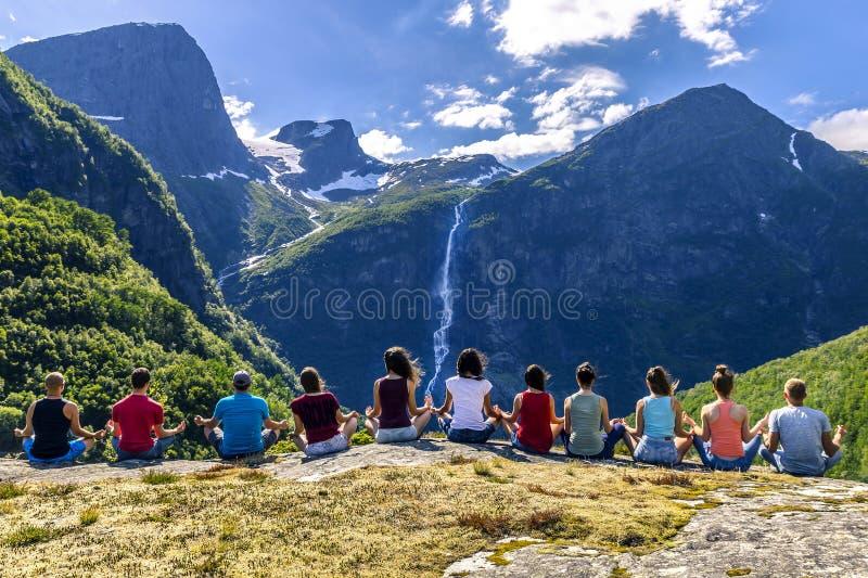 小组青年人在挪威附近旅行 免版税库存图片