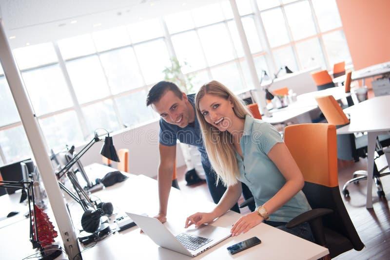 小组青年人有计算机的雇员工作者 图库摄影