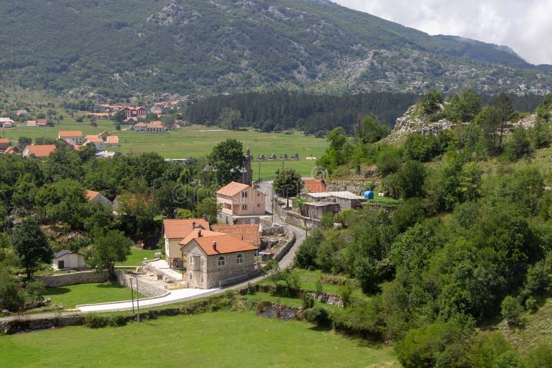 小Njegusi村庄在黑山,位于绿色山谷山的脚 免版税库存照片