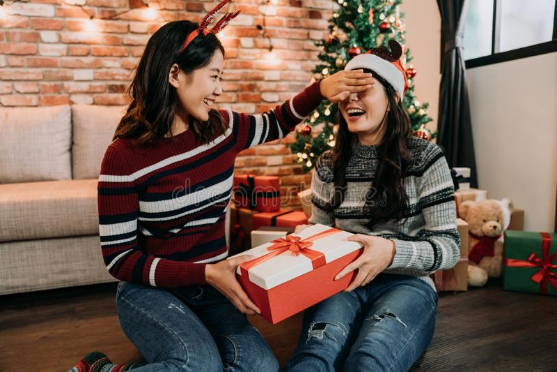 少女关闭的眼睛和送礼物到她 免版税库存图片