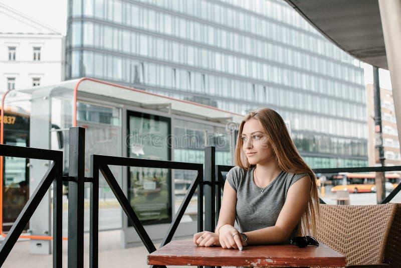 少女前往欧洲城市 美女是旅游旅行的欧洲 免版税库存照片