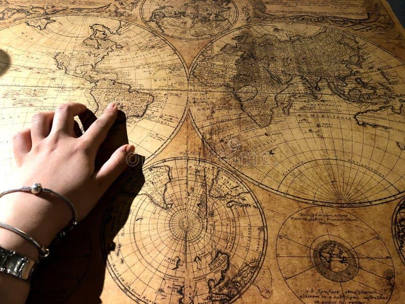 少女和历史地图的手 免版税库存图片