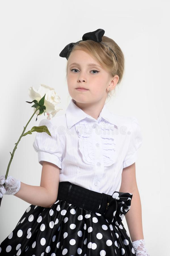 少女在一条裙子的演播室在豌豆,减速火箭 免版税库存照片