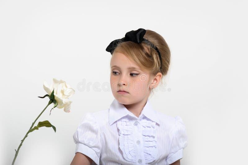 少女在一条裙子的演播室在豌豆,减速火箭 免版税库存图片