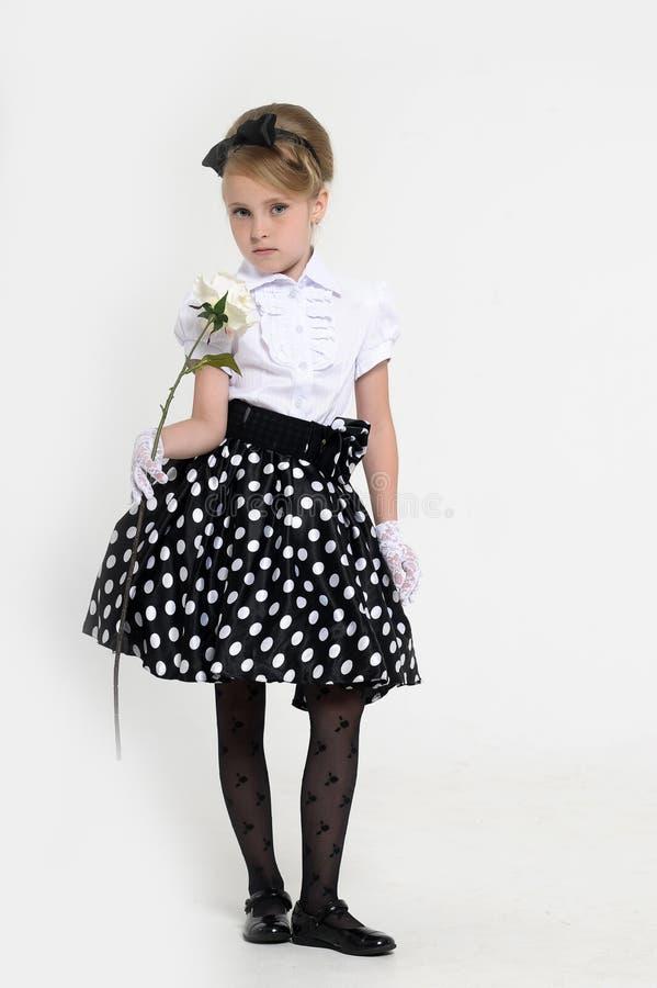 少女在一条裙子的演播室在豌豆,减速火箭 库存照片