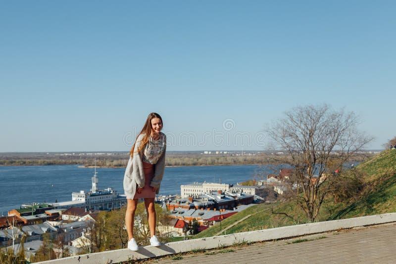 少女在城市海湾的堤防走 免版税库存图片