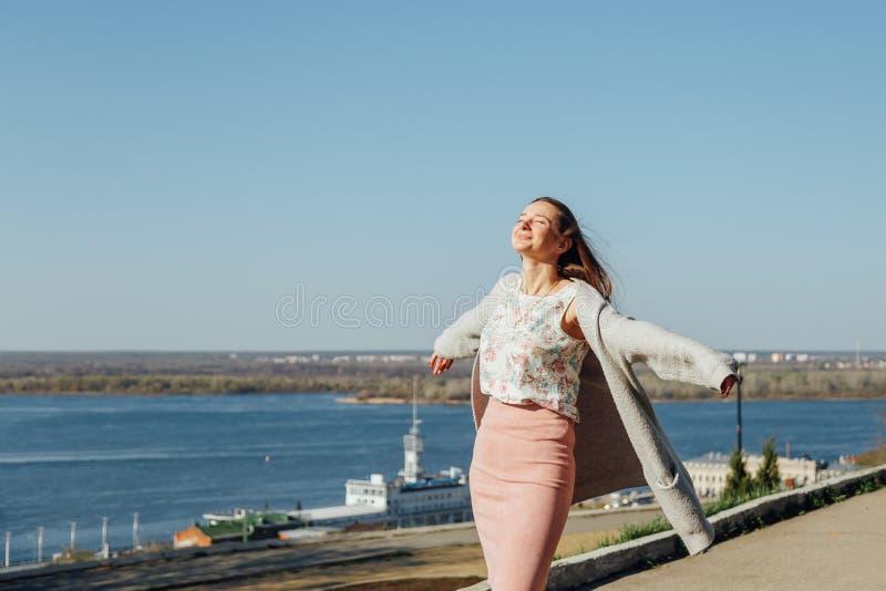 少女在城市海湾的堤防走 图库摄影