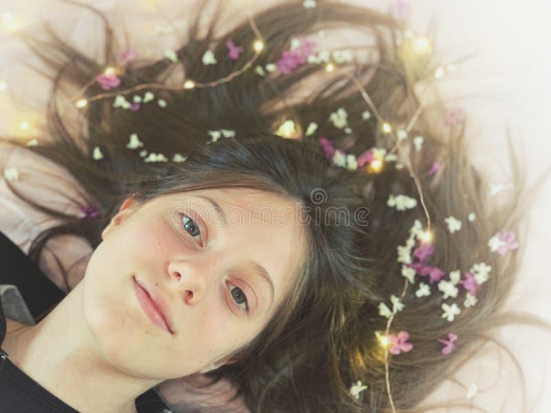 少女在头发梦想的画象花 免版税库存图片