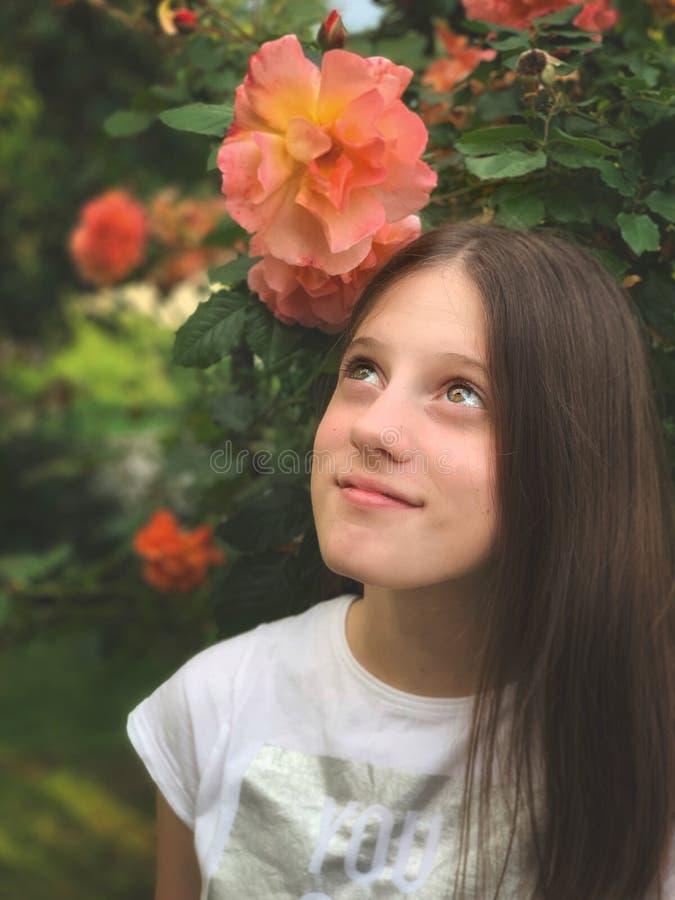 少女在玫瑰园里 免版税图库摄影