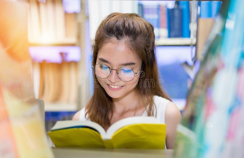 少女女学生的关闭有学校文件夹的预定 库存图片