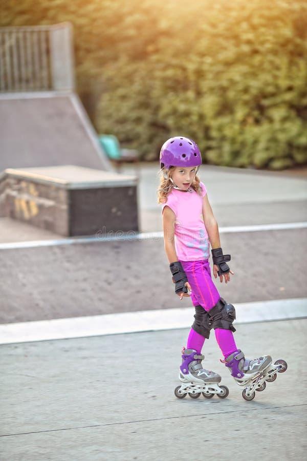 少女实践的滑旱冰 免版税库存图片