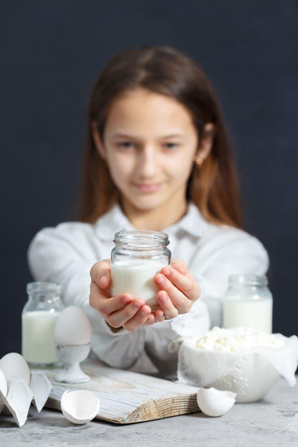 少女拿着一杯牛奶 库存图片