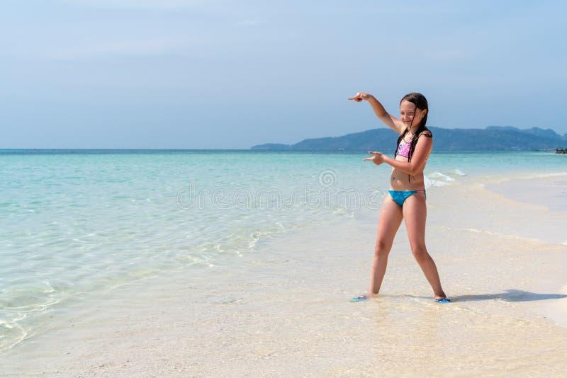 少女显示在空间的一个手指题字的 r 自由和旅行概念 免版税库存照片