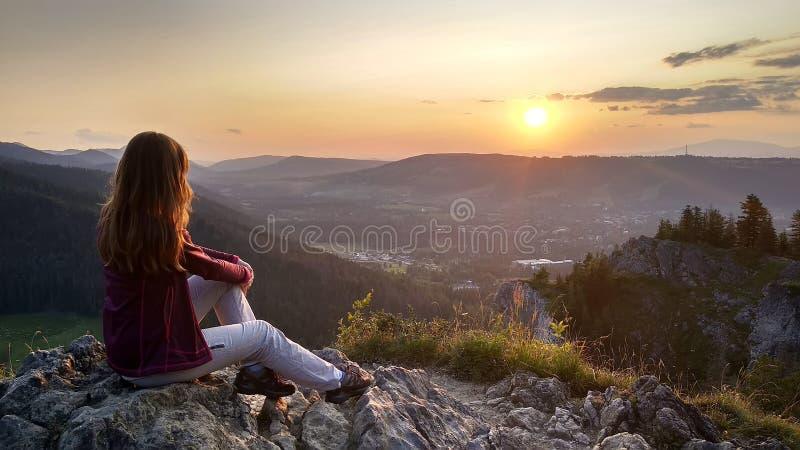 少女游人看在扎科帕内从山的顶端,波兰,高Tatras的日落 免版税图库摄影