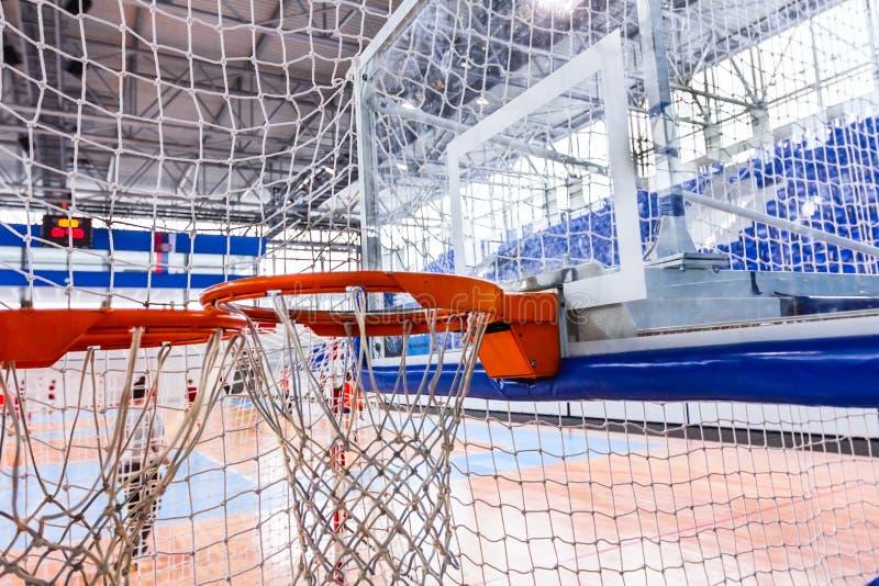 少女玩的篮球赛净摘要 免版税图库摄影