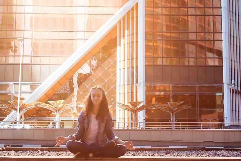 少女瑜伽和在莲花坐思考 库存照片