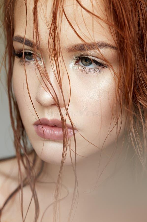 少女用一根柔和的方式和红色头发 与发光的皮肤和裸体构成的美好的模型 r r 库存图片