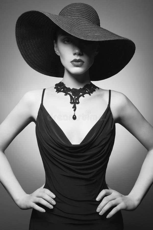 少女画象有黑帽会议和晚礼服的 库存照片