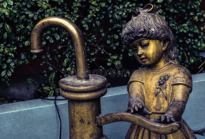少女的一个金属雕象 免版税库存图片