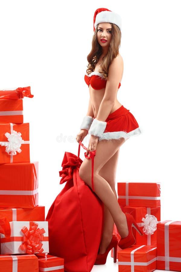 少女红色服装的雪的美丽,性感的少妇,微笑, 免版税图库摄影