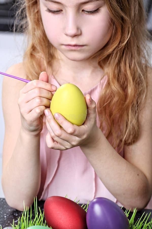 少女绘的鸡蛋 免版税库存图片