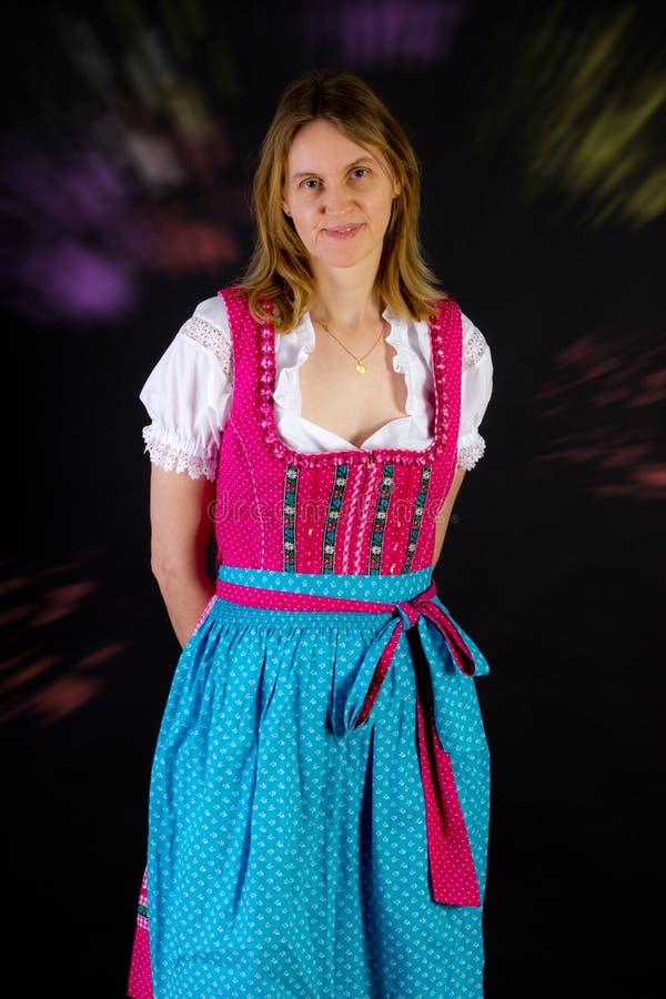少女装的妇女在慕尼黑啤酒节 库存照片