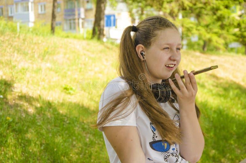少女谈话在电话 免版税图库摄影