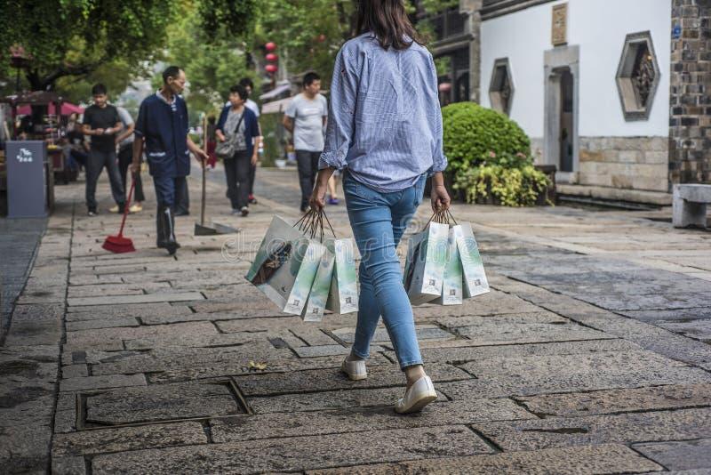少女走通过老门东部旅游景点在中国传统节日中秋前 库存图片