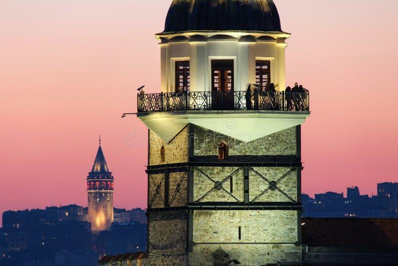 少女` s塔和加拉塔耸立在日落,伊斯坦布尔 库存照片