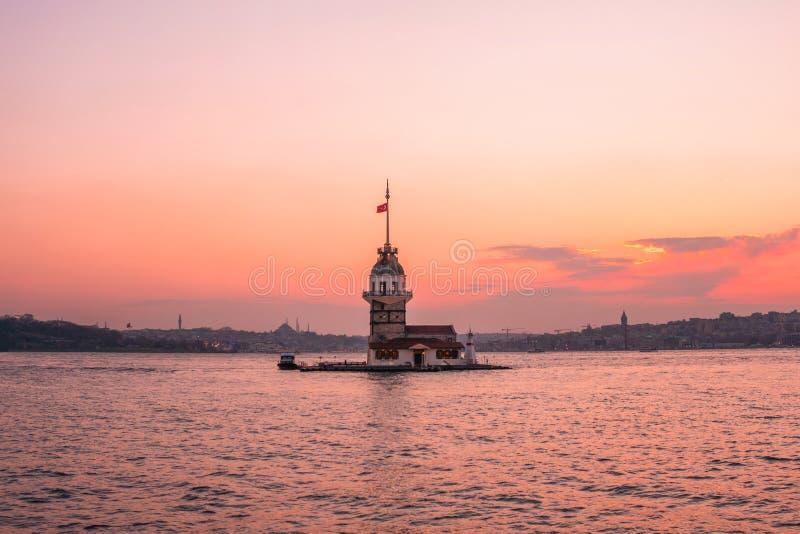 少女TowerKiz kulesi日落视图在博斯普鲁斯海峡,伊斯坦布尔土耳其 库存照片