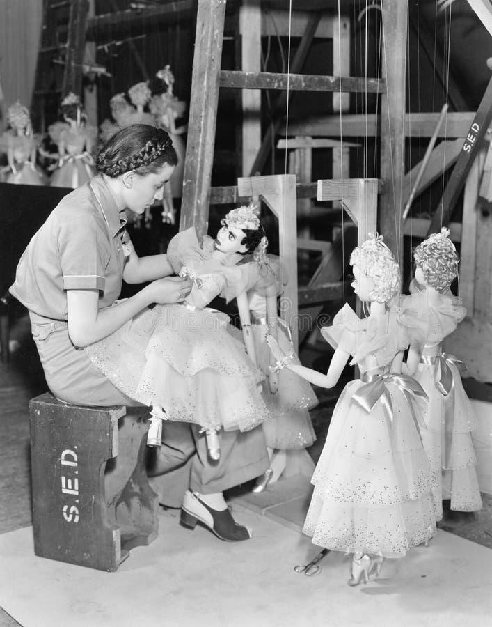 少妇与在串的木偶一起使用(所有人被描述不更长生存,并且庄园不存在 供应商warrantie 免版税图库摄影