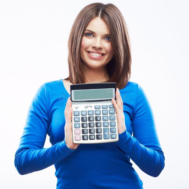 少妇举行数字式计算器。女性微笑的式样白色