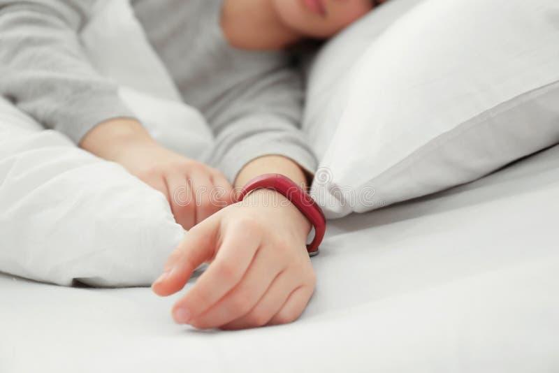 少妇以睡眠跟踪仪休息 库存照片