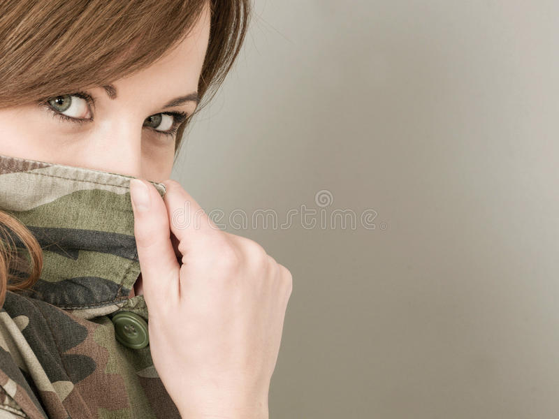 少妇佩带军队的或军事伪装夹克Peerin 库存照片