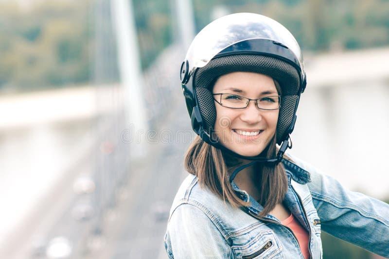 少妇佩带的摩托车盔甲画象 免版税库存照片