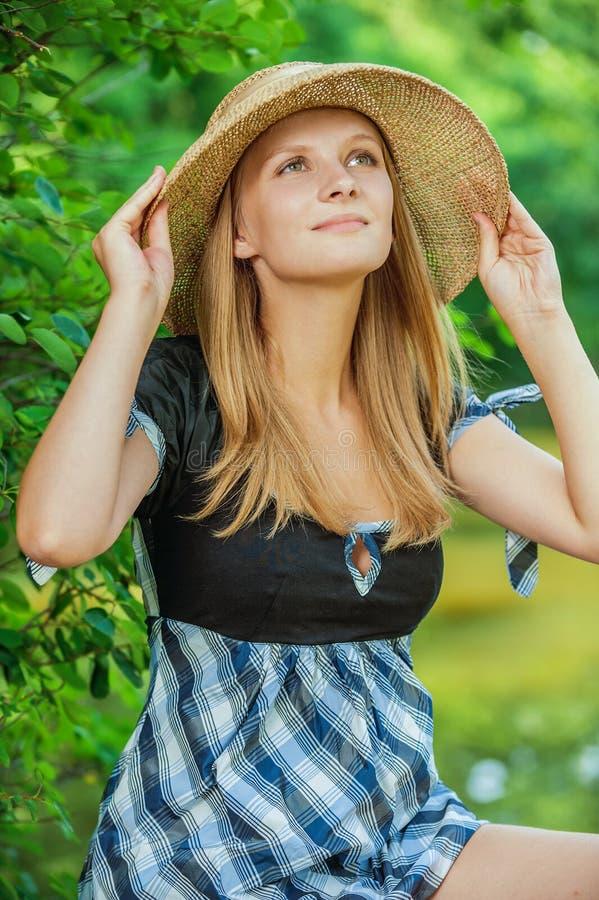 少妇佩带的草帽画象  免版税库存照片