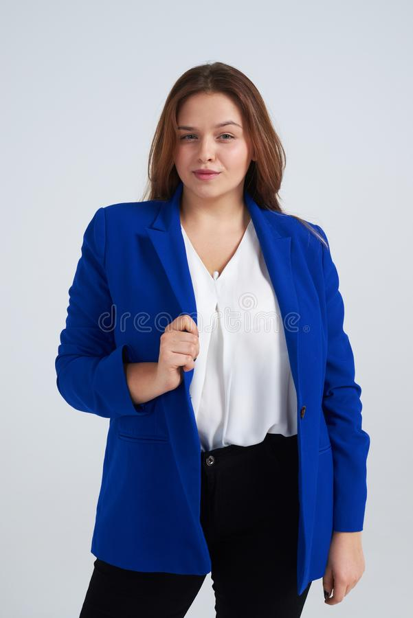 少妇佩带的衣服,摆在反对背景 免版税库存图片