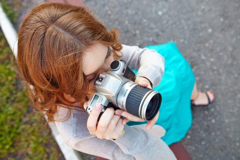 少妇使用数字式slr photocamera 免版税图库摄影